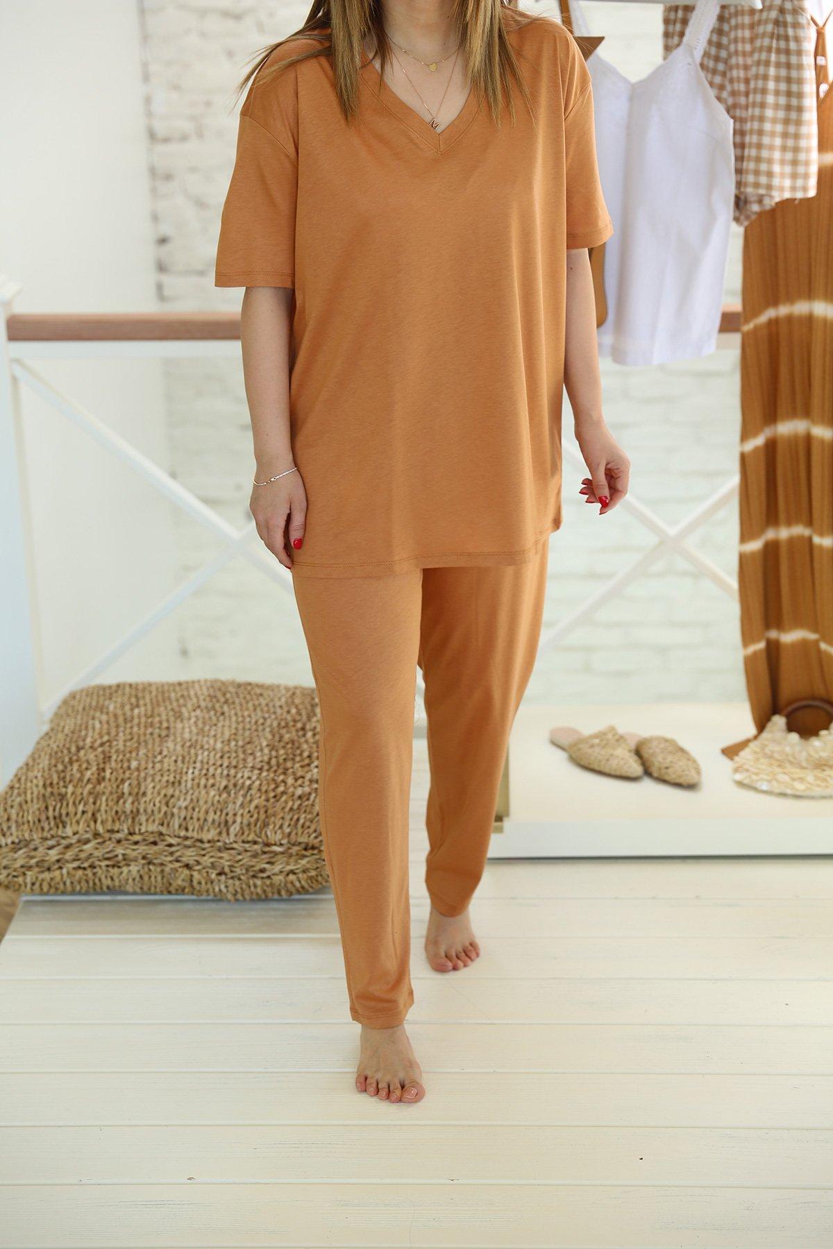 Özge Özgenç V Yaka Tişört Pantolon Takım