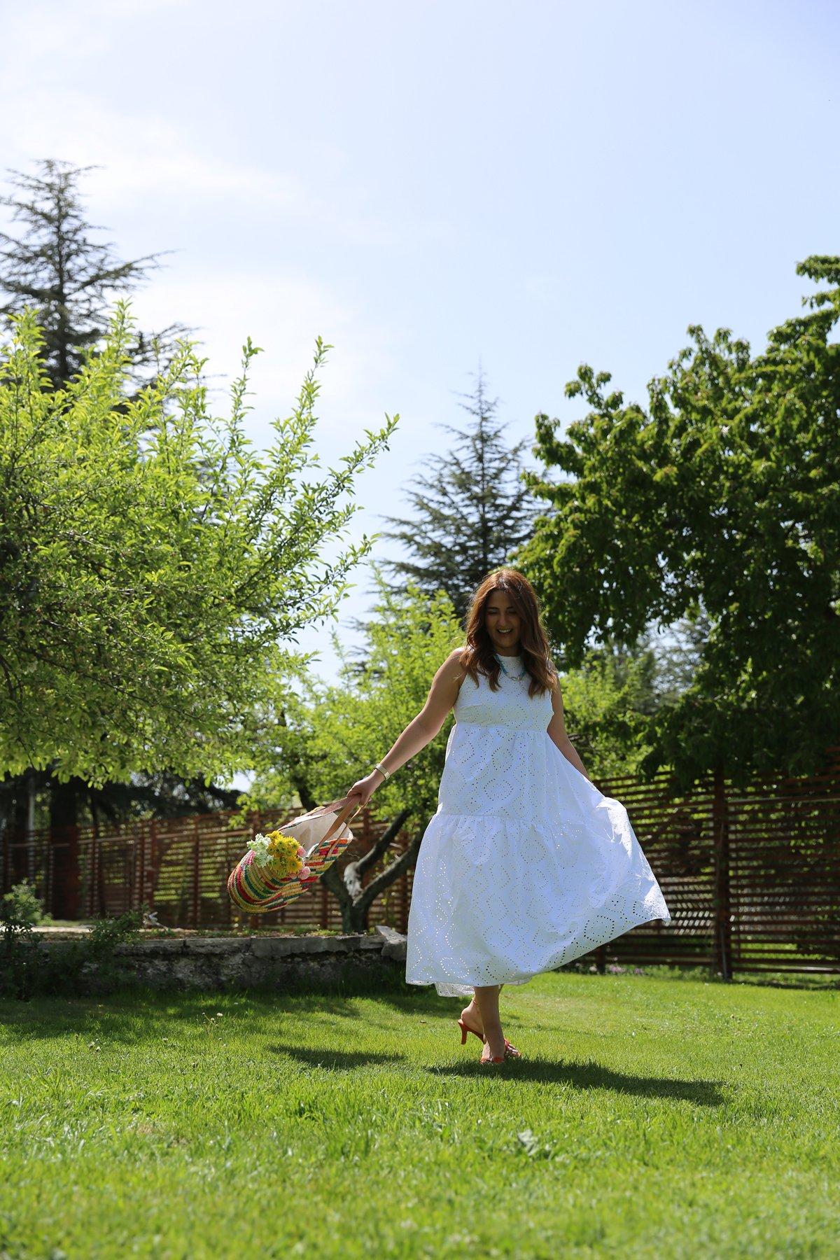 Kolsuz Altı Pileli Nakış Desenli Elbise