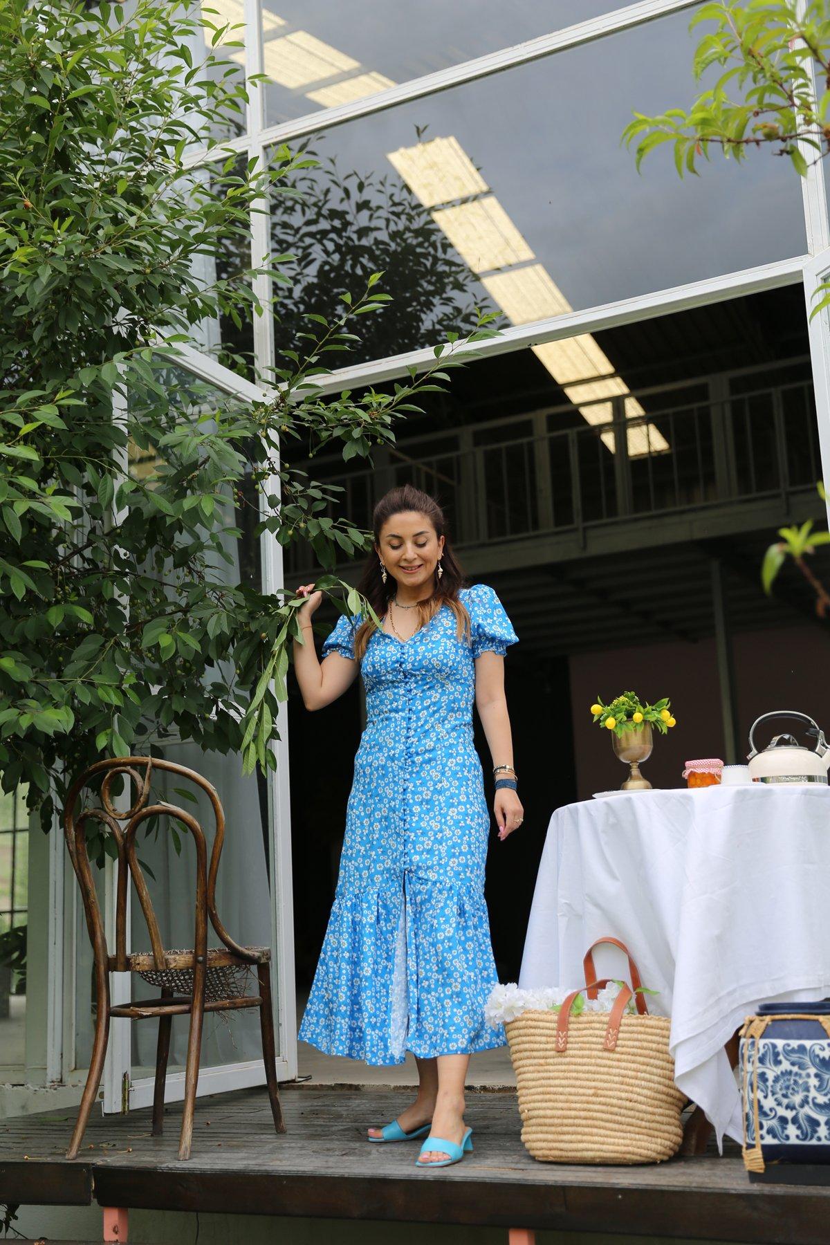 V Yaka Önden Düğmeli Çiçekli Elbise
