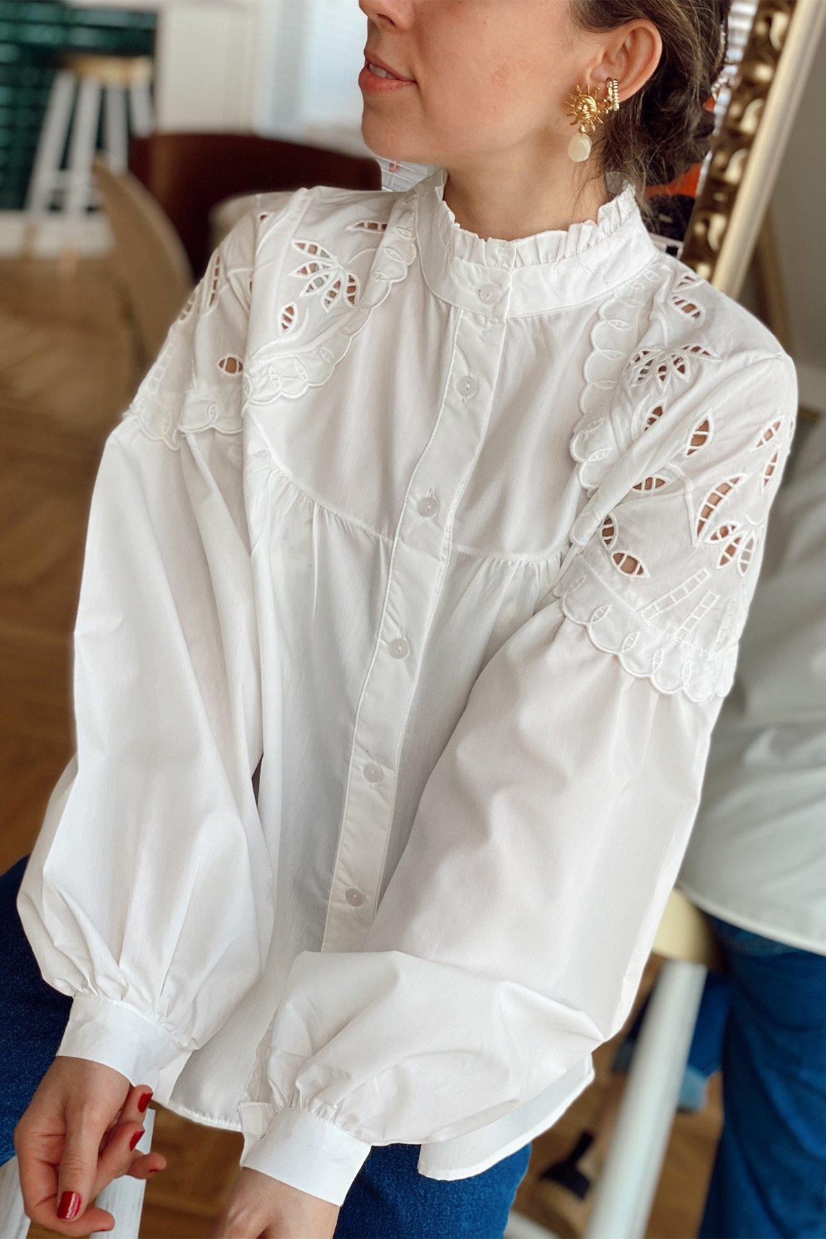 Hakim Yaka Kolları Fırfırlı İşlemeli Gömlek