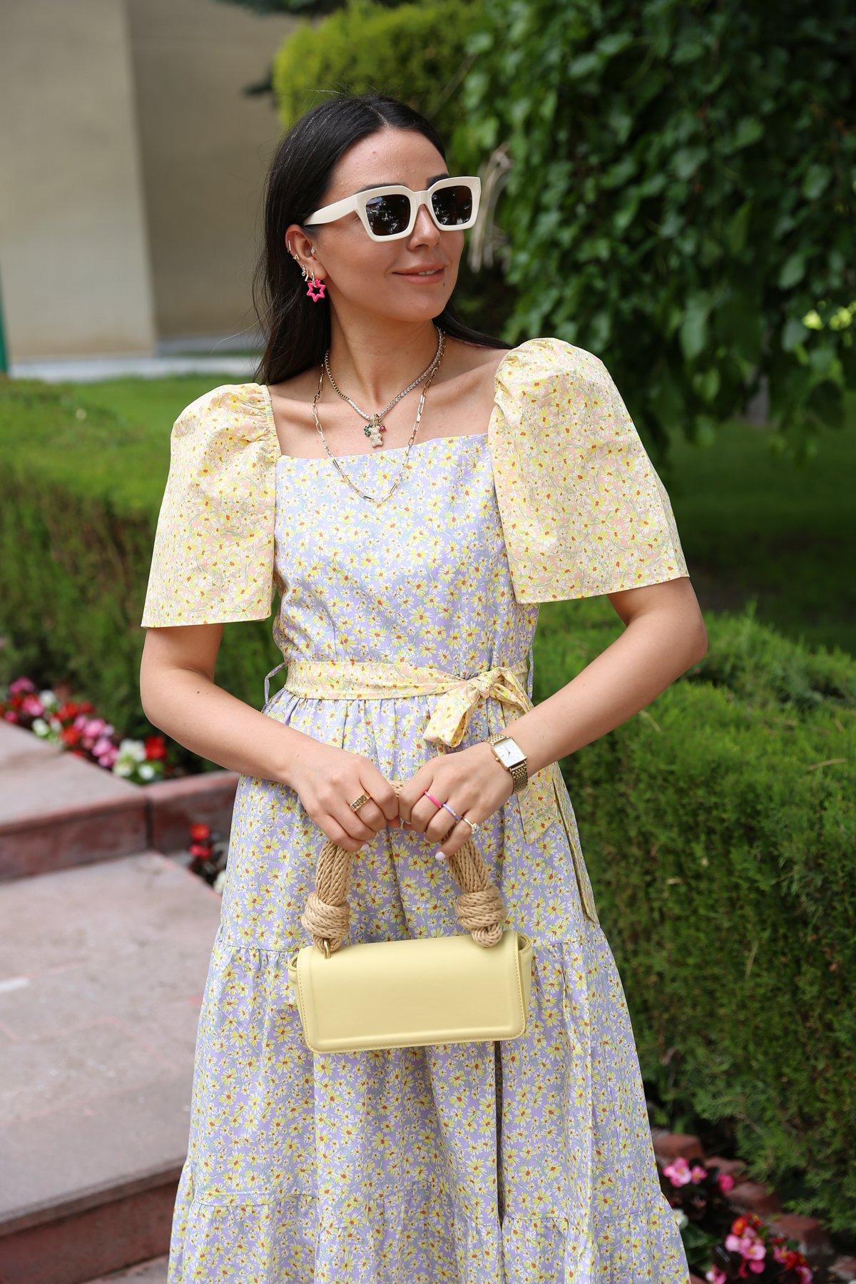 Kare Yaka Çiçekli Kuşaklı Elbise